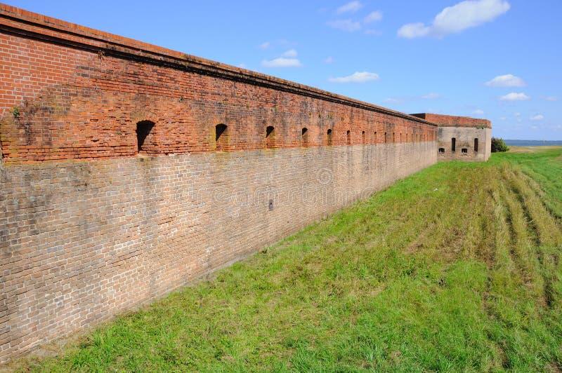 vägg för red för tegelstenclinchfort arkivfoton