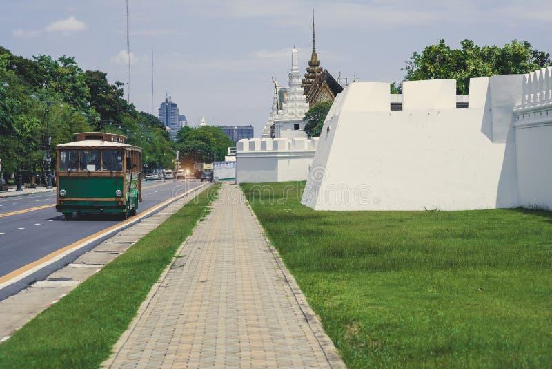 Vägg för tempel för sidosikt av kunglig storslagen slott- eller Wat Phra Keaw intelligens arkivfoton