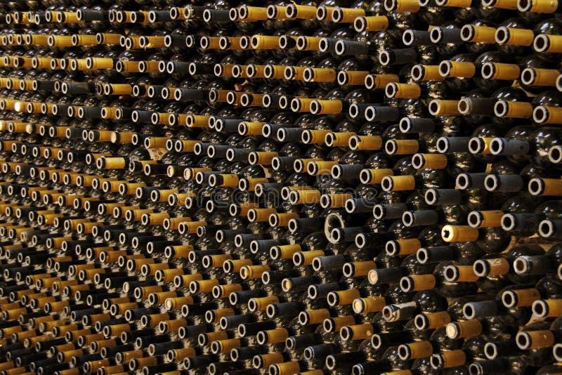 Vägg från flaskor royaltyfria foton