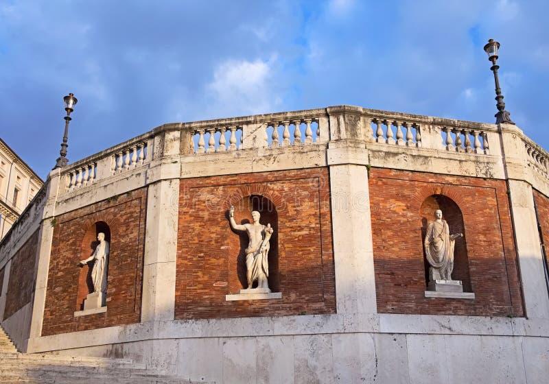 Vägg med antika statyer runt om den Quirinal slotten (Palazzo de arkivbilder