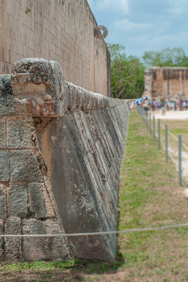 Vägg med cirkeln av fältet av leken av pelotan, i det arkeologiska området av Chichen Itza arkivfoton