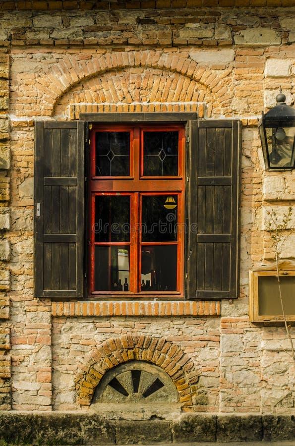 Vägg med det gamla fönstret arkivfoton