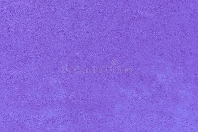 Vägg med en textur av murbruk som målas i ljus violett färg Härlig bakgrund fotografering för bildbyråer
