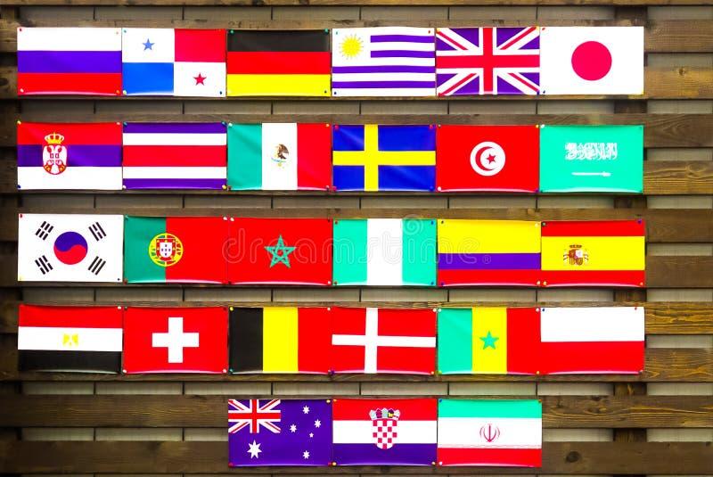 Vägg med flaggor av olika länder arkivbilder