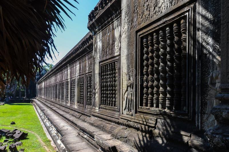Vägg med härligt snida i Angkor Wat arkivfoto