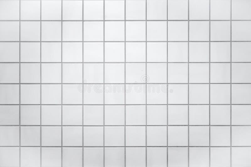 Vägg med små vita tegelplattor royaltyfri bild