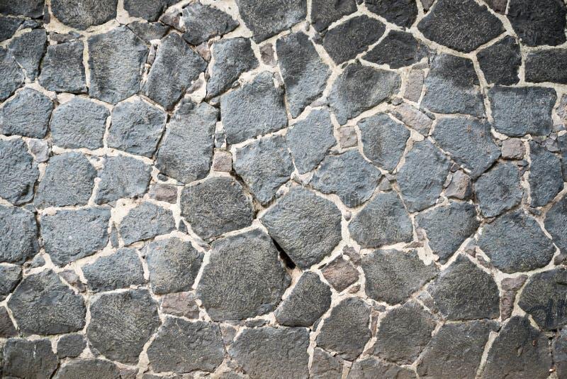 Vägg med stora naturliga grungy stenar arkivbilder