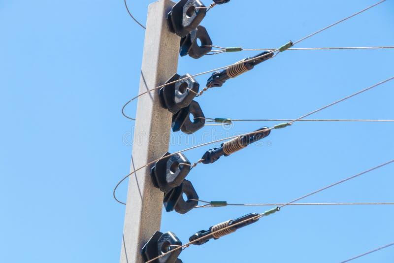 Vägg monterat elektriskt säkerhetsstaket Instalation för hög spänning royaltyfri foto