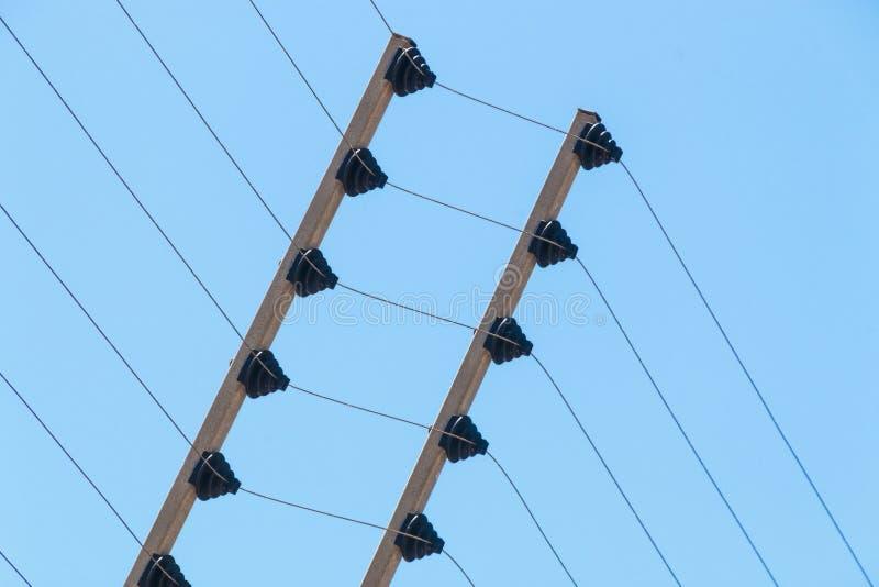 Vägg monterat elektriskt säkerhetsstaket Instalation för hög spänning arkivfoto