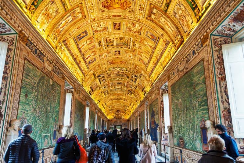 Vägg- och takmålningar i gallerit av översikter på Vaticanenmuseet arkivfoton