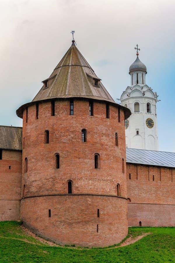 Vägg och torn av den Veliky Novgorod Kreml (Detinets-fästet) fotografering för bildbyråer