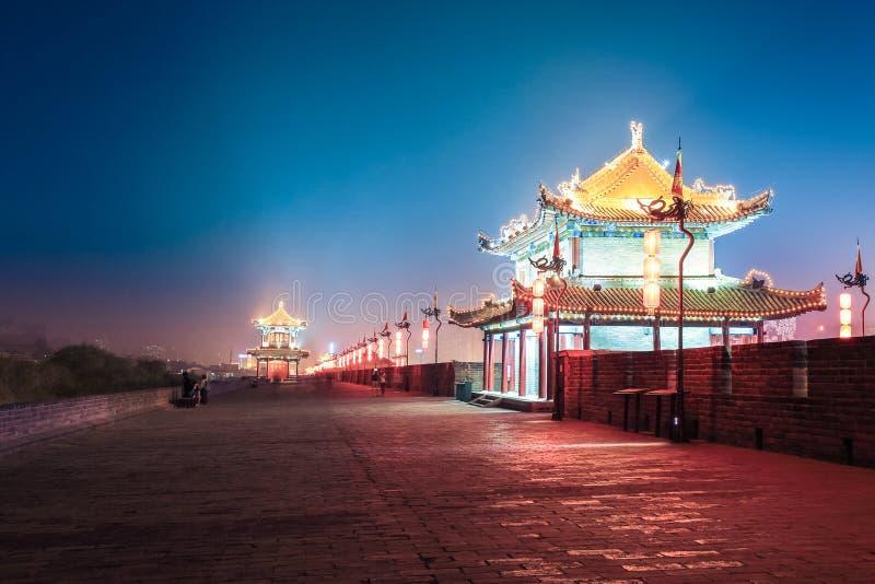 Vägg Xi'an för forntida stad på natten arkivfoton