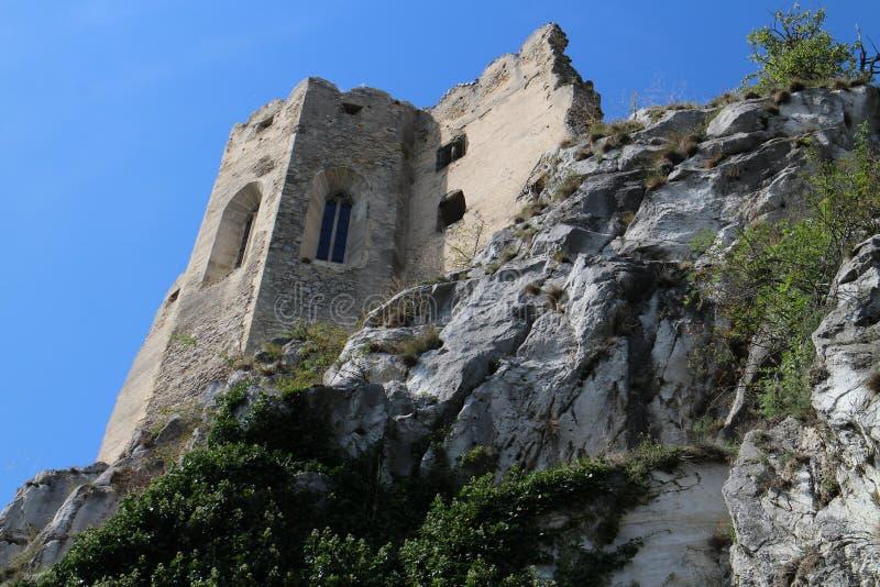 Väggar av den Beckov slotten arkivbild