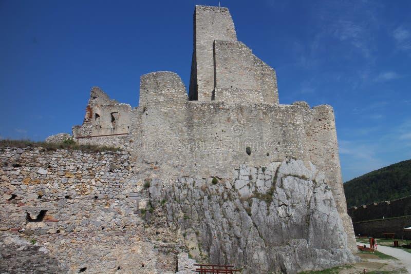 Väggar av den Beckov slotten royaltyfria foton