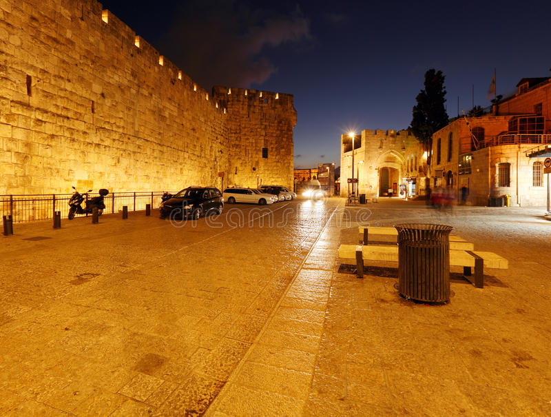 Väggar av den forntida staden på natten, Jerusalem arkivbilder