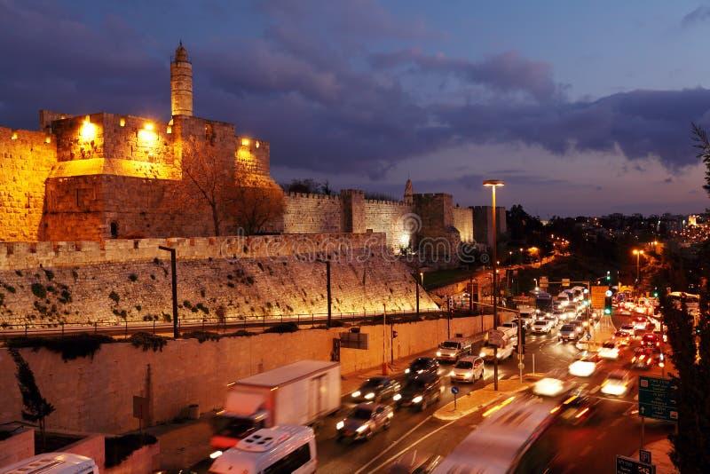 Väggar av den forntida staden på natten, Jerusalem royaltyfria foton