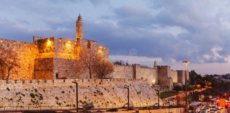 Väggar av den forntida staden på natten, Jerusalem arkivfoto