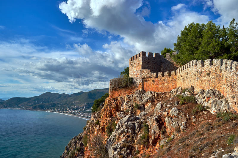 Väggar av den Seljuk fästningen i Alanya royaltyfri bild