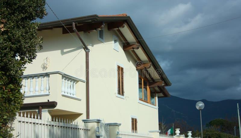 Väggar av en fasad av ett bebott familjhus arkivfoton