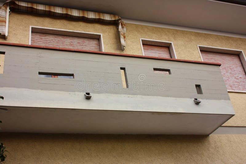 Väggar av en fasad av ett bebott familjhus royaltyfria foton