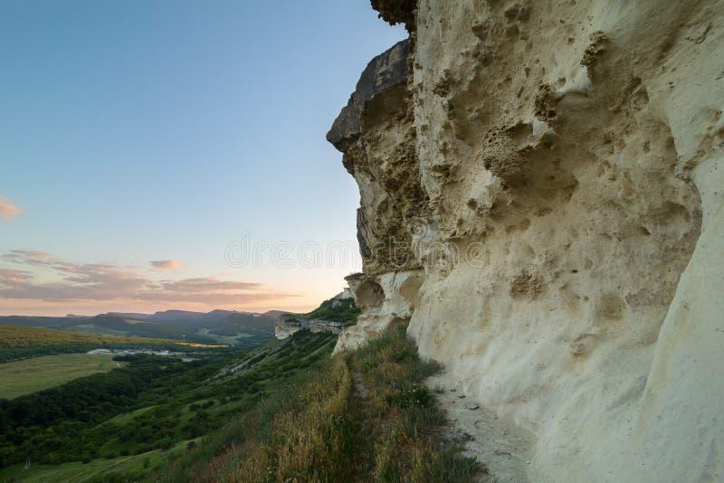 Väggar av grottastaden Bakla i Bakhchysarai Raion, Krim arkivbild