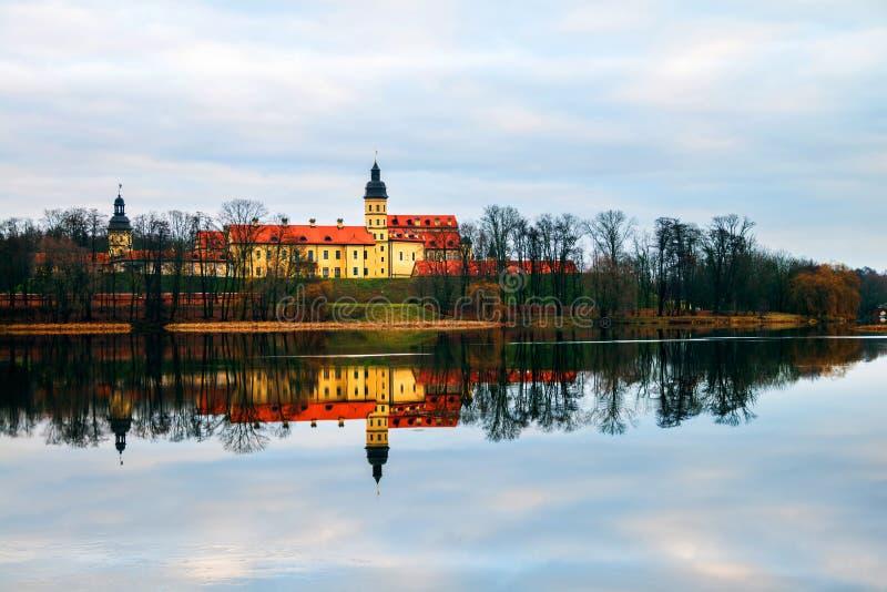 Väggar av Nesvizh rockerar i Vitryssland i vinter Härlig natur med vatten och träd royaltyfri fotografi