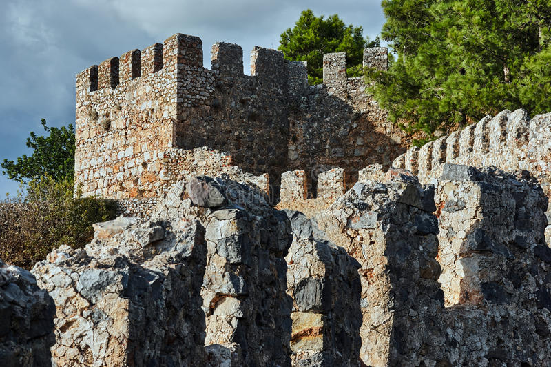 Väggar och torn av den Seljuk fästningen arkivfoton