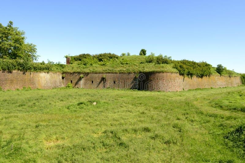 Väggar på gräsplan torkar vallgraven av Cittadella, Alessandria, Italien arkivfoton