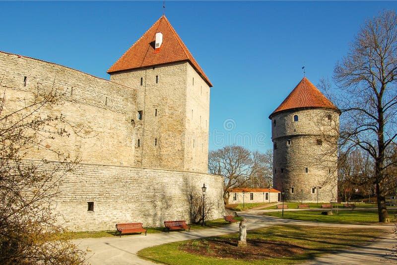 Väggarna av den gamla slotten i den gamla delen av staden Tallinn, Estland royaltyfri bild