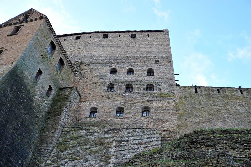 Väggarna av en forntida slott i en fästning i Narva royaltyfri bild