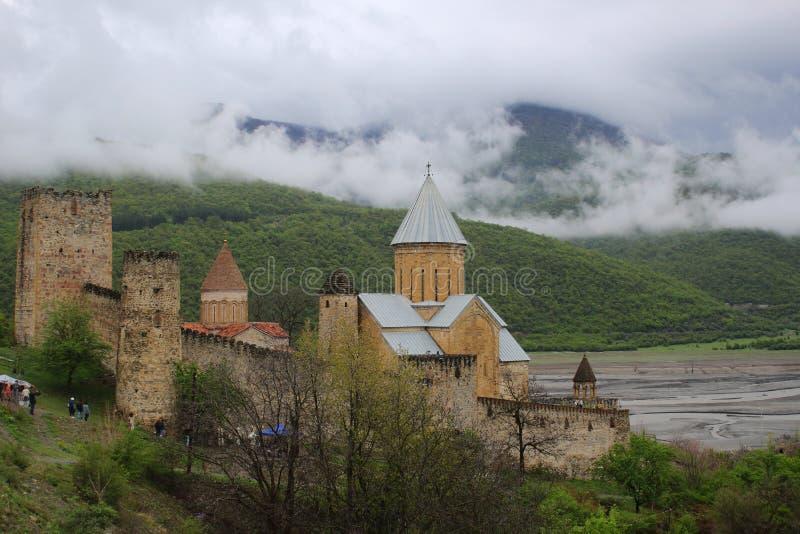 Väggarna, torn och domkyrkan av den forntida georgiska fästningen Ananuri arkivbild