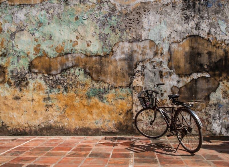 Väggbakgrund, abstrakt begrepp eller textur. med cykeln. royaltyfria bilder