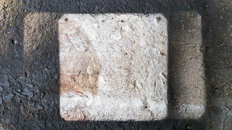Väggbeläggning med spray - grym snörslutningsstruktur Svart färgspray som målas på den grova betongväggen arkivbilder