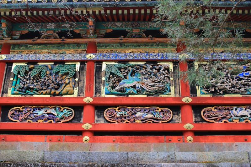 Väggen av den Yomeimon porten med den största wood phoenixen royaltyfria bilder