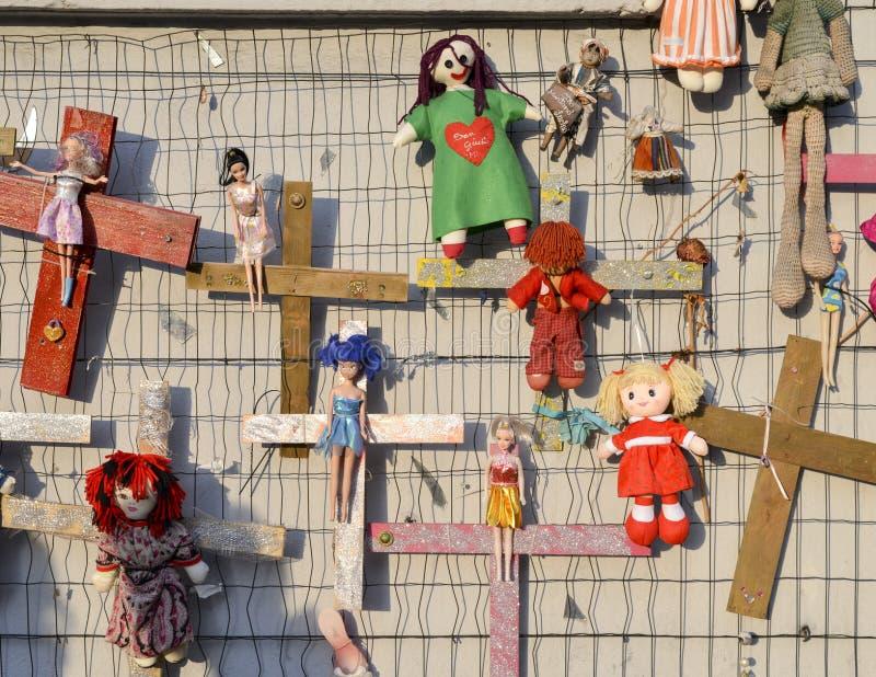 Väggen av dockor protesterar i det Navigli området som protesterar mot kvinnlig läkarundersökning och sexuellt våld, i hela värld arkivbilder
