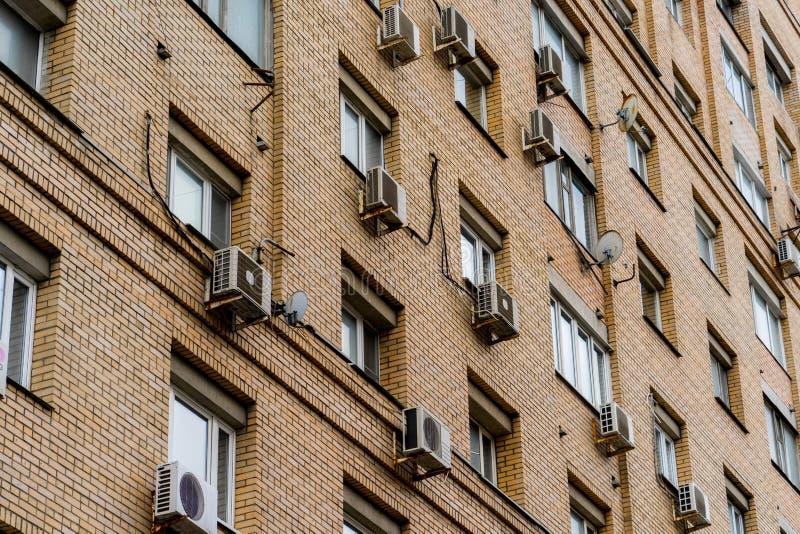 Väggen av ett lägenhethus med att betinga för luft royaltyfria foton