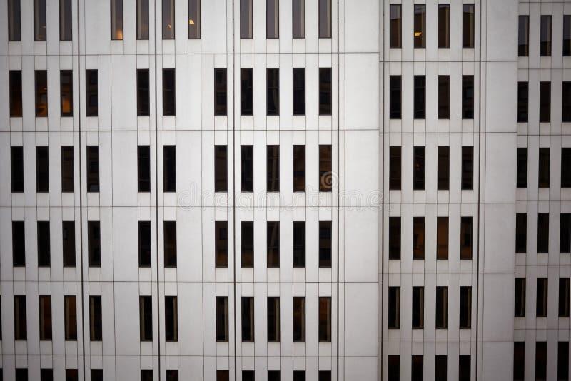Väggen av kontorsbyggnad beskådade den fulla ramen royaltyfria bilder