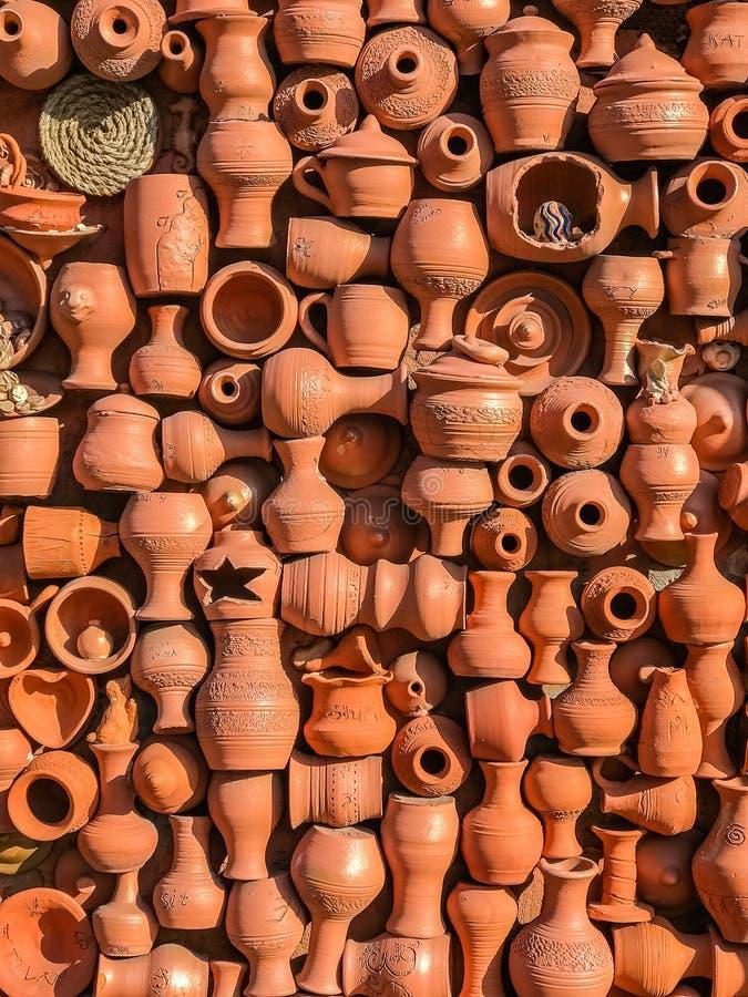 Väggen av lergodskrukor, tillbringare, vaser, krukor, rånar grönska för abstraktionbakgrundsgentile fotografering för bildbyråer
