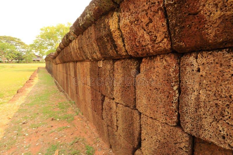 Väggen av Prasat Hin Phanom ringde slotten royaltyfri foto