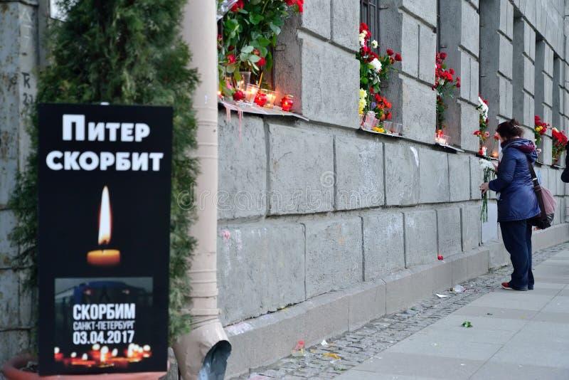 Väggen av sorgen på en begravnings- affisch PETER SÖRJER offernollan arkivfoto