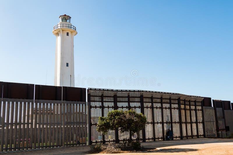 Väggen för den internationella gränsen på kamratskap parkerar och fyren för El Faro i Tijuana royaltyfri foto