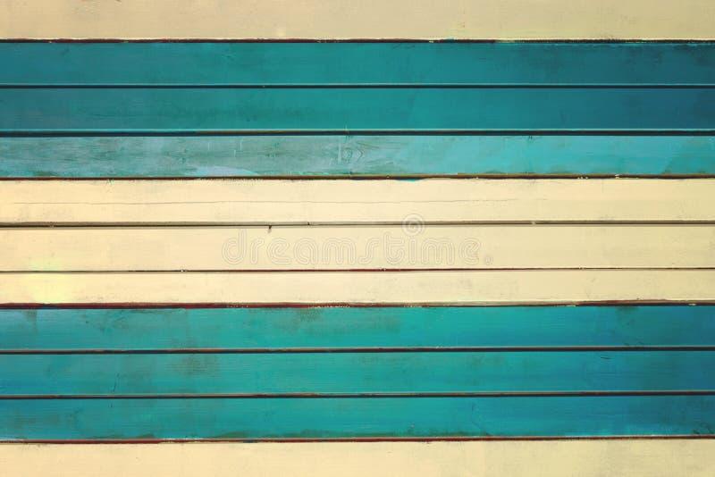 Väggen göras av gräns - guling och turkoshorisontalslats Textur av tunna målade bräden arkivfoton