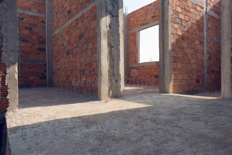 Väggen gjorde tegelsten i konstruktion för bostads- byggnad royaltyfri fotografi