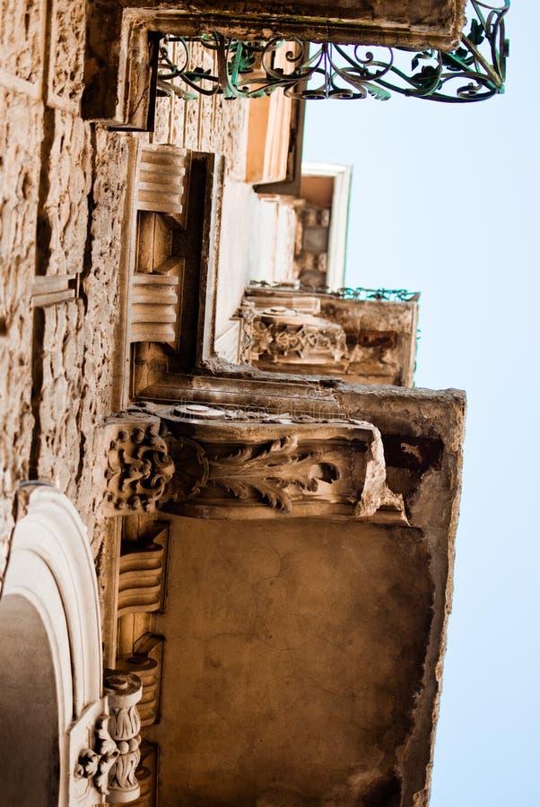 Väggen med balkonger fotografering för bildbyråer