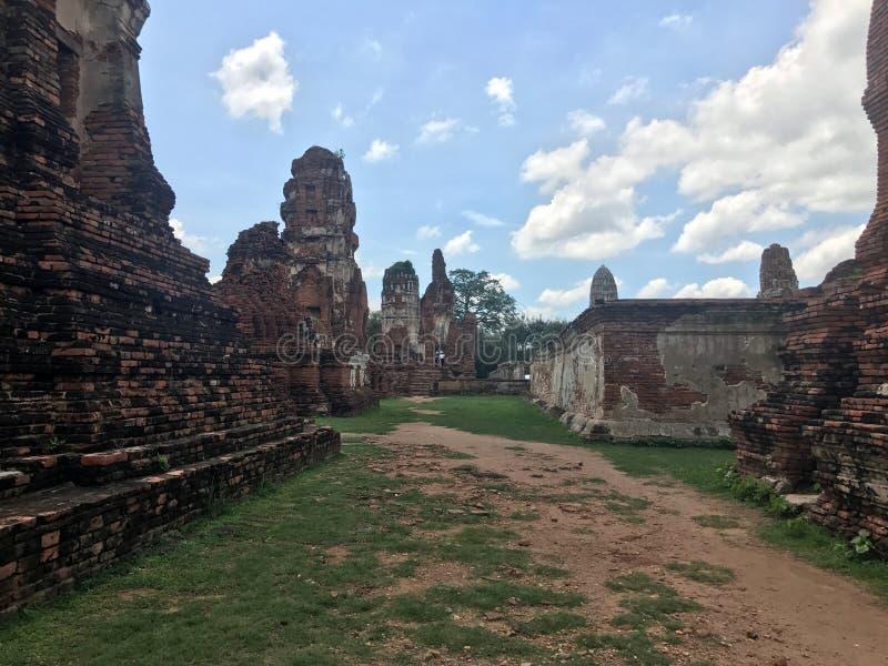 Väggen och pagoden som omger den huvudsakliga pagoden på den Mahathat templet royaltyfria foton