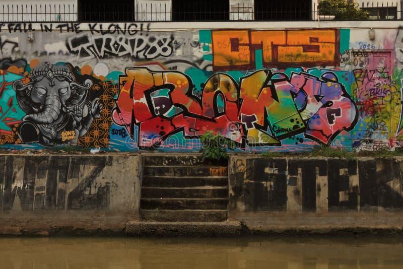 Väggen som täckas fullständigt av ljusa gatagraffities i Bangkok, Thailand fotografering för bildbyråer