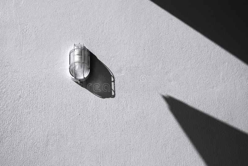 Väggljus och skugga på den texturerade betongväggen, abstrakt begreppsvart royaltyfri fotografi