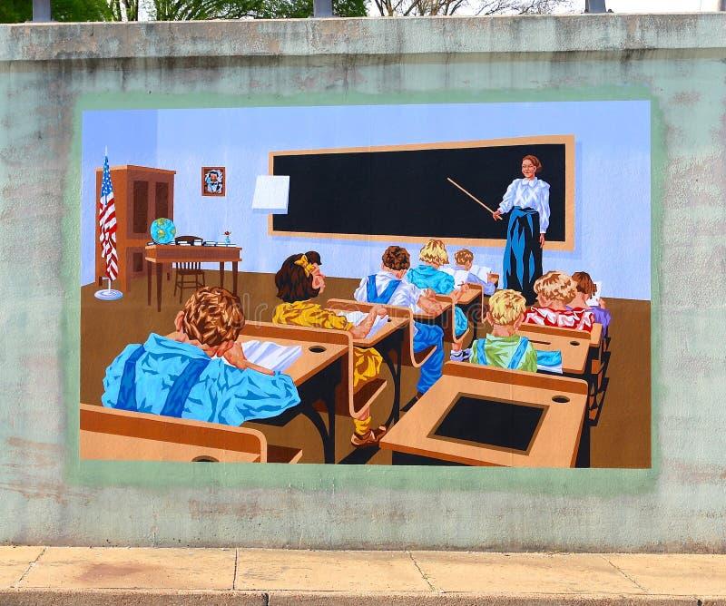 Väggmålning av en lärare och hennes elever på en brogångtunnel på James Rd i Memphis, Tn royaltyfria bilder