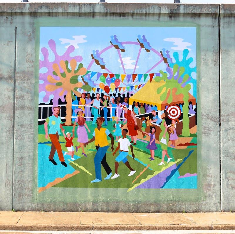 Väggmålning av familjer på ett nöjesfält på en brogångtunnel på James Rd i Memphis, Tn arkivbilder
