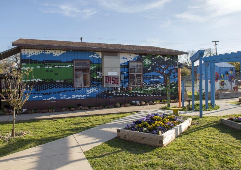 Väggmålning i trädgården av John H Reagan Elementary biskop Arts District, Dallas, Texas royaltyfri bild